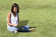 El sentarse en una hierba Fotografía de archivo
