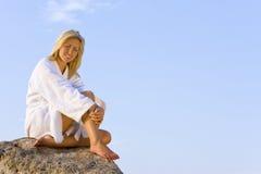 El sentarse en una roca en la bahía Foto de archivo libre de regalías