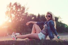 El sentarse hermoso de las gafas de sol de la mujer joven de la moda Imágenes de archivo libres de regalías