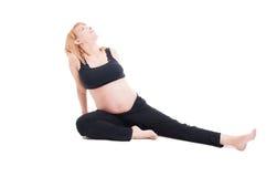 El sentarse joven hermoso de la mujer embarazada relajado en el piso Imágenes de archivo libres de regalías