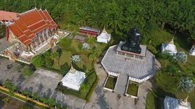 El sentarse meditando al monje negro Statue en templo budista Provincia de Phang Nga, Tailandia Antena de HD metrajes