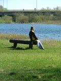El sentarse por el agua fotos de archivo libres de regalías