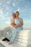 El sentarse por el océano Foto de archivo libre de regalías