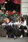 El sentarse que habla en la barra de café al aire libre, Trieste de Girlfriens Fotografía de archivo libre de regalías