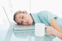 El sentarse que toma una siesta de la empresaria tranquila en su silla de eslabón giratorio Foto de archivo