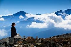 El sentarse sobre las nubes fotos de archivo libres de regalías