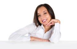 El sentarse sonriente hermoso de la mujer joven por el vector Imagenes de archivo