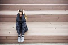 El sentarse triste enojado de la mujer joven al aire libre fotografía de archivo libre de regalías