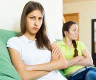 El sentarse y descontento de los amigos de muchachas Imagenes de archivo