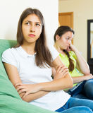 El sentarse y descontento de los amigos de muchachas Fotos de archivo