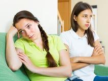 El sentarse y descontento de los amigos de muchachas Imagen de archivo libre de regalías