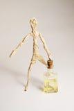 El ser humano del papel con la botella de petróleo Foto de archivo