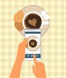 El ser humano está fotografiando su taza de café adentro Foto de archivo