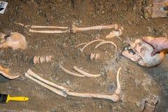 El ser humano permanece en la arena 3 Imagen de archivo