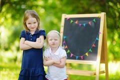 El ser lindo dos infeliz sobre ir a la escuela fotografía de archivo