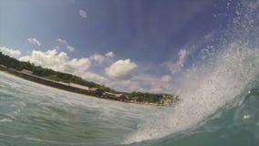 El serfer joven monta la ola oceánica almacen de metraje de vídeo
