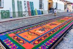 El serrín teñido prestó las alfombras y las plantillas, Antigua, Guatem de la procesión Fotografía de archivo libre de regalías