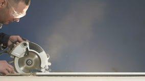 El serrín y el polvo vuelan al lado al procesar la madera en la cámara lenta de la fábrica almacen de metraje de vídeo