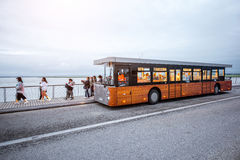 El servicio de autobús con los turistas acerca a la isla del Saint Michel Foto de archivo