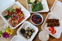 el servicio de entrega de la comida del Crudo-vegano - las comidas y los bocados para el detox o limpia imágenes de archivo libres de regalías