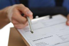 El servicio de entrega del mensajero del especialista ofrece cumplir el contrato de la cooperación Fotografía de archivo libre de regalías