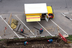 El servicio de gas conduce el trabajo de reparación de emergencia Servicio de gas de la emergencia del camión Visión desde arriba Fotografía de archivo