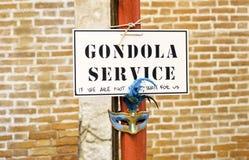 El servicio de la góndola firma adentro Venecia imagenes de archivo
