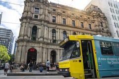 El servicio de la tranvía del círculo de la ciudad de Melbourne está actuando en el distrito financiero central imagenes de archivo