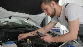 El servicio del mecánico examina el automóvil actual del flujo almacen de video