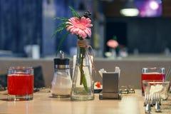 El servicio del restaurante aguarda a las huéspedes, cubiletes de cristal con la baya roja f imagen de archivo libre de regalías