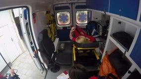 El servicio médico trajo al paciente al hospital, silla de ruedas que esperaba, llenando expedientes almacen de metraje de vídeo