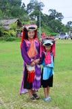 El servicio que espera de la gente de Hmong de los niños el viajero para toma la foto con ellos Imagen de archivo libre de regalías