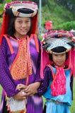 El servicio que espera de la gente de Hmong de los niños el viajero para toma la foto con ellos Imágenes de archivo libres de regalías