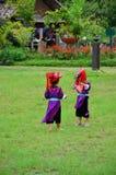 El servicio que espera de la gente de Hmong de los niños el viajero para toma la foto con ellos Imagenes de archivo