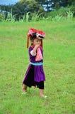 El servicio que espera de la gente de Hmong de los niños el viajero para toma la foto con ellos Imagen de archivo