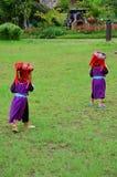 El servicio que espera de la gente de Hmong de los niños el viajero para toma la foto con ellos Foto de archivo
