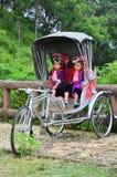 El servicio que espera de la gente de Hmong de los niños el viajero para toma la foto con ellos Fotografía de archivo