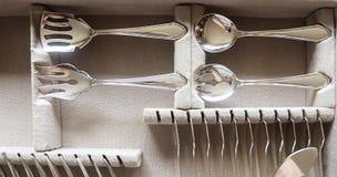 El servidor de plata adornó los platos y cubiertos en caso de que Fotografía de archivo libre de regalías