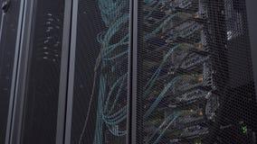 El servidor ?ptico est? situado detr?s de la puerta del hierro del cuarto del servidor del centro de datos Visi?n a trav?s de los almacen de video