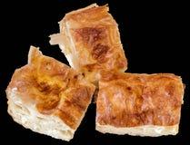 El servio arrugó las rebanadas de la empanada del queso aisladas en fondo negro Fotos de archivo libres de regalías