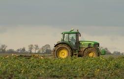 El seto verde moderno del tractor que corta los años pasados cosecha Imagenes de archivo