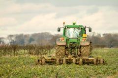 El seto verde moderno del tractor que corta los años pasados cosecha Imagen de archivo libre de regalías