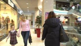 El shoping de la madre y de la hija, caminando en la alameda almacen de metraje de vídeo