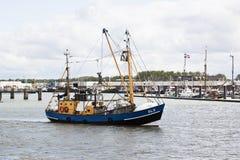 El shrimper holandés navega en el puerto de Lauwersoog Fotos de archivo