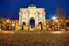 El Siegestor (Victory Gate) en la noche en Munich Imágenes de archivo libres de regalías