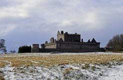 El siglo del castillo a14th de Craigmillar y fue utilizado como un sistema de la película para el Outlander y el rey proscrito imagen de archivo