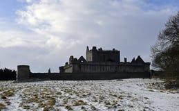 El siglo del castillo a14th de Craigmillar y fue utilizado como un sistema de la película para el Outlander y el rey proscrito fotos de archivo libres de regalías