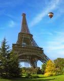 El siguiente a la torre flota el globo gigante Fotos de archivo