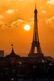 El silouette de la torre Eiffel en la puesta del sol sobre los tejados aprieta Imagenes de archivo