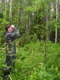 El silvicultor mide los árboles en el bosque Fotos de archivo libres de regalías